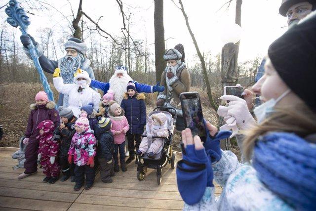 Varios niños se retratan con personajes de cuentos en un parque de Moscú