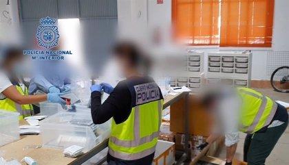 Cuatro detenidos tras intervenir en Málaga más de 7.700 componentes de telefonía falsificados