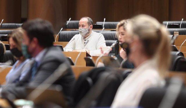 El diputado en el Congreso y portavoz d'En Comú Podem, Joan Mena, durante la Comisión de Educación y Formación Profesional en el Congreso de los Diputados este martes 24 de noviembre