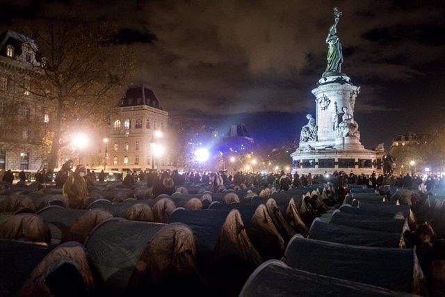 Campamento de migrantes en la plaza de La República de París