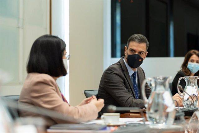 El presidente del Gobierno, Pedro Sánchez, y la ministra de Política Territorial, Carolina Darias, durante la reunión del Comité de Seguimiento del Coronavirus, en el Complejo de la Moncloa, Madrid (España), a 19 de noviembre de 2020.