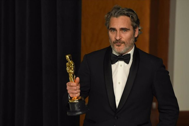 09 February 2020, US, Los Angeles: American actor Joaquin Phoenix poses with his Best Actor Oscar Award for Joker in the press room during the 92nd Academy Awards at the Dolby Theatre. Photo: Kevin Sullivan/ZUMA Wire/dpa