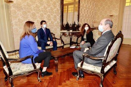 Armengol recibe en el Parlament al embajador de Italia, Riccardo Guariglia