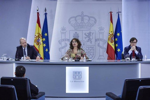 El ministro de Justicia, Juan Carlos Campo; la ministra portavoz y de Hacienda, María Jesús Montero; y el ministro de Sanidad, Salvador Illa, en rueda de prensa en la Moncloa