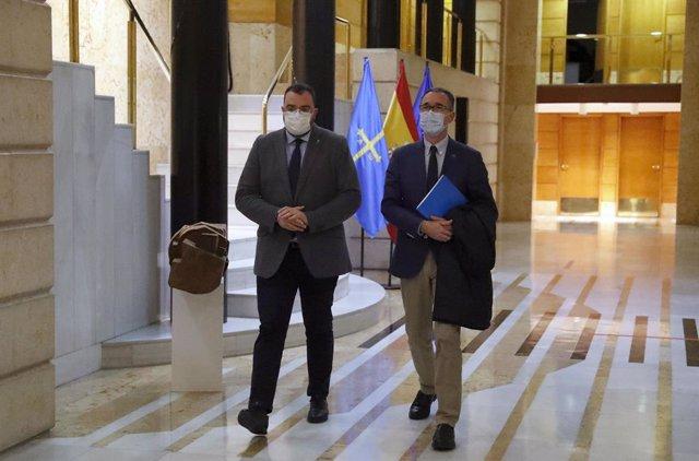 El presidente del Principado de Asturias, Adrián Barbón, junto con el consejero de Salud, Pablo Fernández Muñiz
