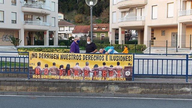 Pancarta de los afectados por las sentencias de derribo en Cantabria