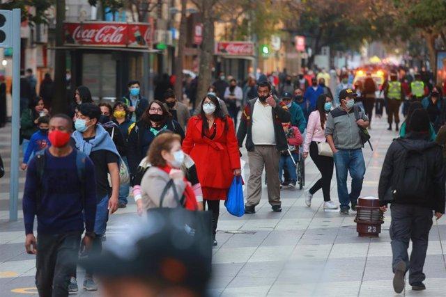 Personas paseando por el centro de Santiago, capital de Chile