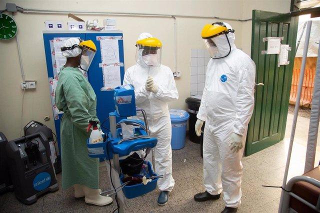 Investigadores de ANTICOV, el mayor estudio clínico de Covid-19 leve en África, en el Hopital Saint Joseph en la República Democrática del Congo, una de las sedes del estudio