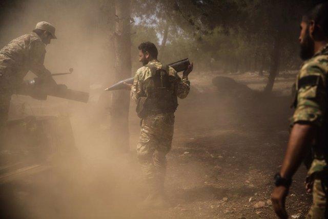 Milicianos del Frente Nacional para la Liberación, apoyado por Turquía, en unos ejercicios en la localidad siria de Ghazawiya