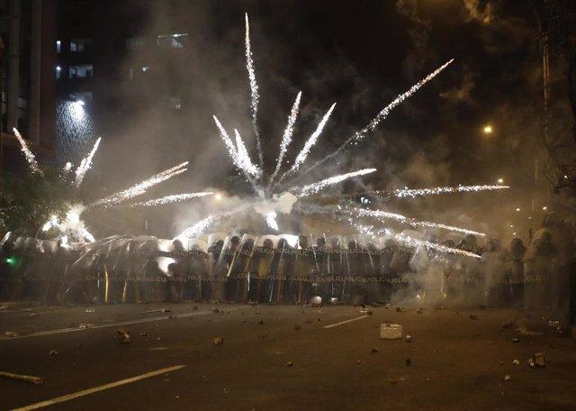 Imagen de archivo de un despliegue policial durante las protestas en Perú.
