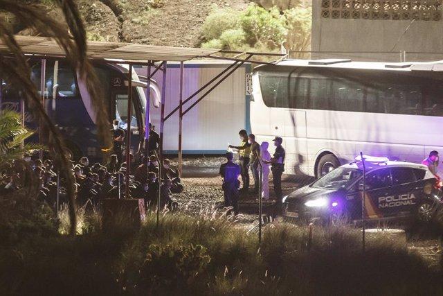 Varios inmigrantes llegan a Barranco Seco, donde se ha habilitado una instalación militar para la acogida., en Gran Canaria, Canarias (España), a 18 de noviembre de 2020. Más de 2.300 migrantes permanecen hacinados en el muelle  de Arguineguín tras pernoc