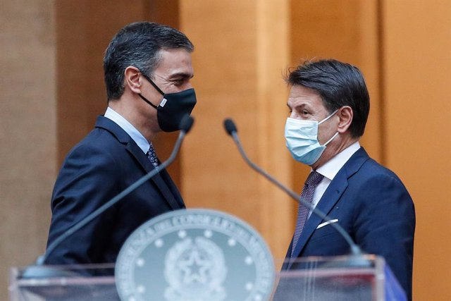 20 October 2020, Italy, Rome: Italian Prime Minister Giuseppe Conte (R) and Spanish Prime Minister Pedro Sanchez attend a joint press conference at Chigi Palace. Photo: Giuseppe Lami/LaPresse via ZUMA Press/dpa