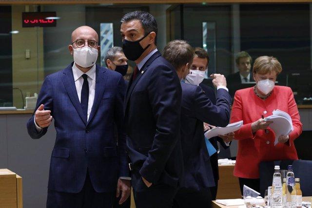 De izq. A dcha.: el presidente del Consejo europeo, Charles Michel; el presidente de España, Pedro Sánchez; el presidente francés, Emmanuel Macron; y la canciller alemana, Angela Merkel.