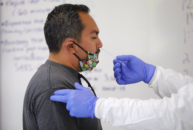 16 November 2020, US, San Marcos: A medical worker takes a nasal swab from a patient for a coronavirus (COVID-19) test. Photo: K.C. Alfred/San Diego Union-Tribune via ZUMA Wire/dpa