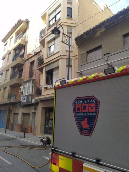 Un hombre, intoxicado por monóxido de carbono en el incendio de una casa en Lorca