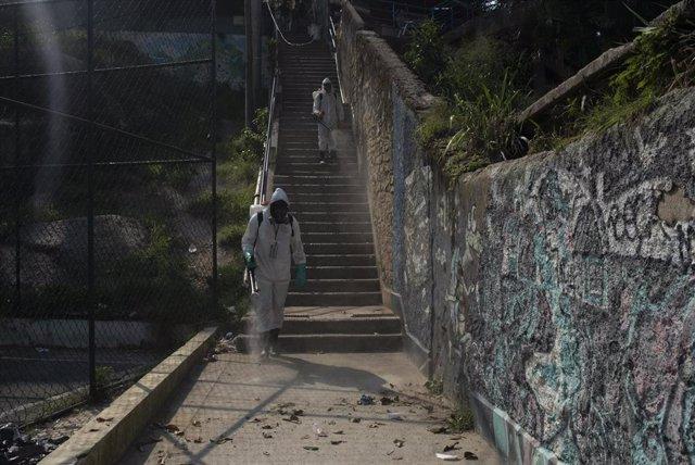 Labores de desinfección de una favela del barrio de Botafogo, en Río de Janeiro.