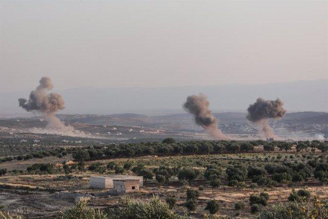 Columnas de humo provocadas por ataques contra la provincia de Idlib, en el noroeste de Siria