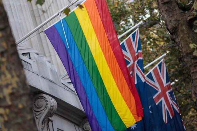 La bandera del arcoiris junto a la bandera de Australia.