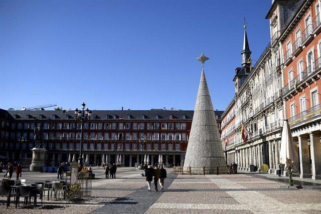 El árbol de Navidad adorna la Plaza Mayor, en Madrid, España, a 10 de noviembre de 2020.