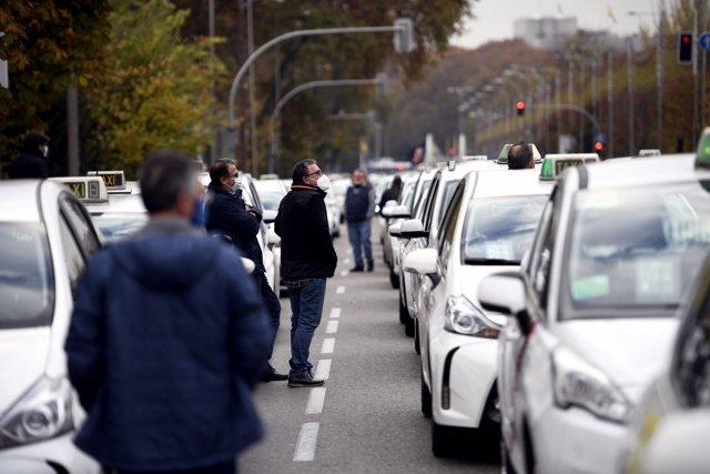 Marcha de taxistas convocada por la FPTM, la Asociación Gremial del Taxi de Madrid y la Asociación Élite Taxi Madrid, en Madrid (España), a 25 de noviembre de 2020.