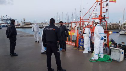 Rescatadas 29 personas en una patera frente a Costa Ballena en Chipiona (Cádiz)