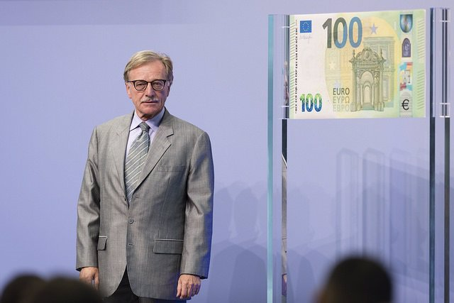 Yves Mersch (BCE) Junto A Un Billete De 100 Euros