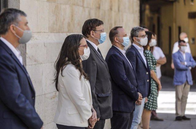 El president de la Generalitat, Ximo Puig (c), al costat de la vicepresidenta del Consell i consellera d'Igualtat i Polítiques Inclusives, Mónica Oltra (i)