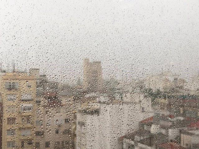 Lluvia en Valencia a través de una ventana