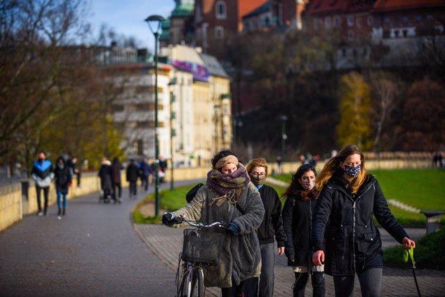 Personas con mascarilla en Cracovia