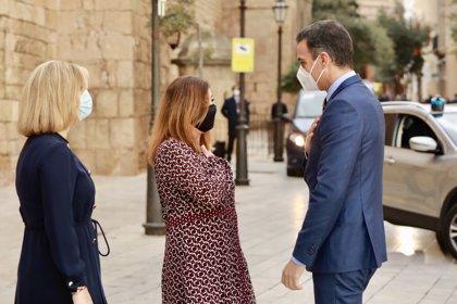 Sánchez y Armengol abordan en un breve encuentro los planes para hacer pruebas diagnósticas a viajeros nacionales