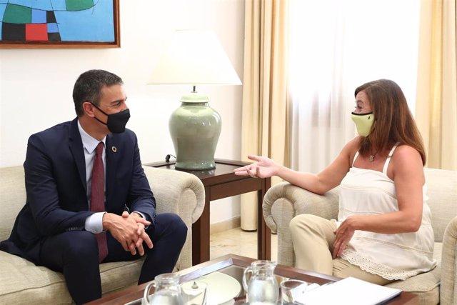 La presidenta del Govern, Francina Armengol, y el presidente del Gobierno, Pedro Sánchez, durante un encuentro en agosto de 2020.