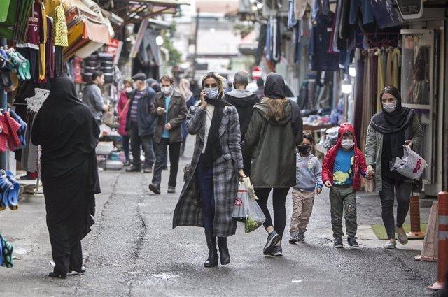 Personas con mascarilla en un mercado de Tonekabon, Irán