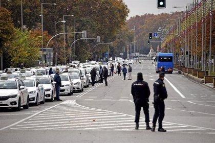 """El taxi exige con una """"marcha lenta"""" un rescate a Almeida y le acusan de """"ponerse de espaldas"""" a su situación """"crítica"""""""