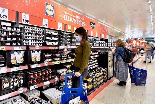 Gente comprando en el supermercado Lidl la gama Deluxe de Navidad