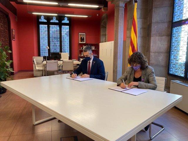 El conseller de Acción Exterior de la Generalitat, Bernat Solé, y la consellera de Agricultura, Ganadería, Pesca y Alimentación de la Generalitat, Teresa Jordà,