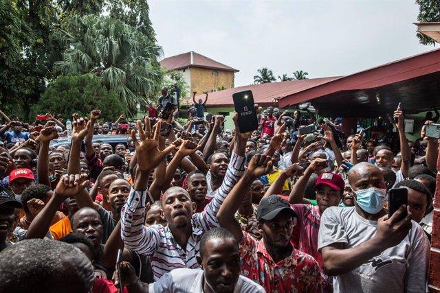 Seguidores del líder opositor de Guinea, Cellou Dalein Diallo, tras declararse vencedor de las elecciones presidenciales pese a la ausencia de resultados oficiales