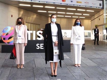 """La Reina Letizia, soberbia con un look """"black and white"""" suple a la perfección la ausencia de Felipe VI en Sevilla"""