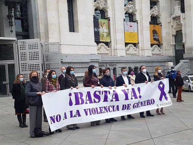Representantes de los grupos salvo Vox se unen en Cibeles tras la pancarta contra la violencia de género