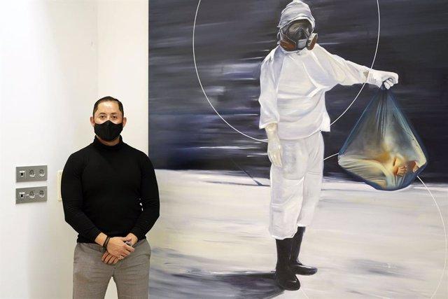 Alexander Zulueta junto a una de sus obras.
