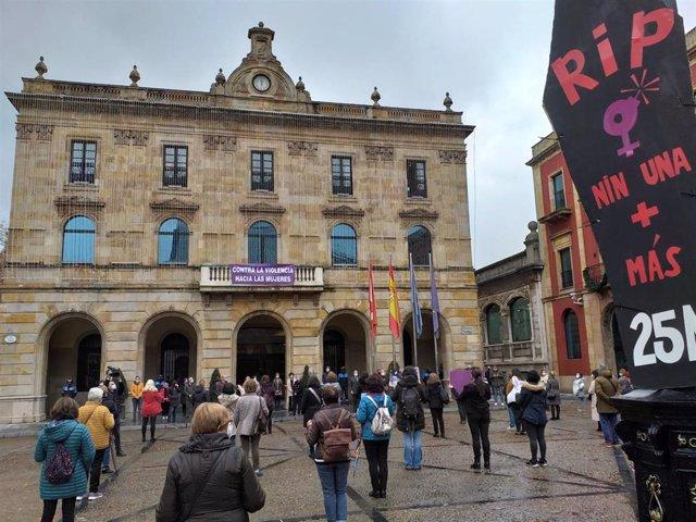 Minuto de silencio en la plaza Mayor de Gijón con motivo del Día Internacional contra la Violencia de Género