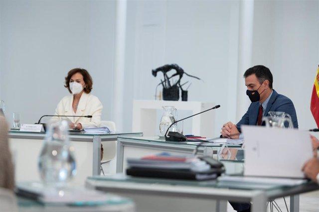 El presidente del Gobierno, Pedro Sánchez, acompañado de la vicepresidenta y ministra de la Presidencia, Relaciones con las Cortes y Memoria Democrática, Carmen Calvo, el 24 de noviembre de 2020.