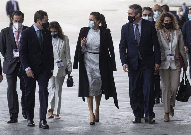 La Reina Letizia, este miércoles a su llegada a la inauguración del congreso Tourism Innovation Summit (TIS 2020), acompañada por el presidente de la Junta, Juanma Moreno, y el alcalde de Sevilla, Juan Espadas.