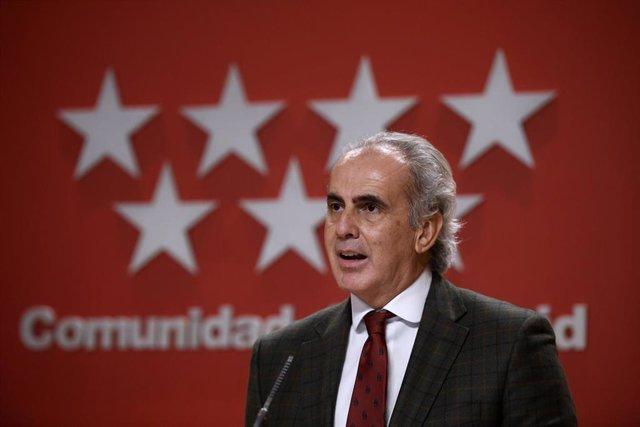 El consejero de Sanidad de la Comunidad de Madrid, Enrique Ruiz Escudero, ofrece una rueda de prensa posterior a la reunión del Consejo de Gobierno, en la Real Casa de Correos, en Madrid (España), a 18 de noviembre de 2020.