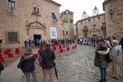 La Diputación de Cáceres recuerda con sillas vacías la ausencia de las mujeres asesinadas por la violencia machista