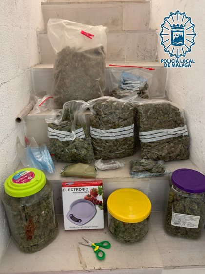 La Policía Local de Málaga detiene a un hombre tras sorprenderlo vendiendo marihuana