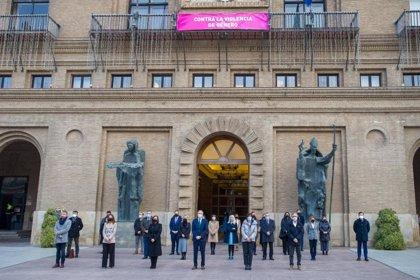 La Corporación municipal de Zaragoza guarda un minuto de silencio en recuerdo a las víctimas de la violencia de género