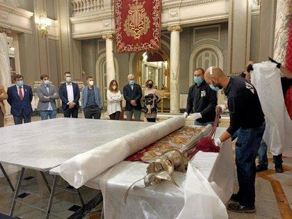 La Reial Senyera de 1928, copia de la original de 1545, sale del Ayuntamiento de València para ser restaurada