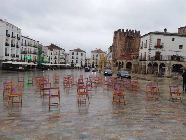 Sillas vacías en la Plaza Mayor de Cáceres en recuerdo de las mujeres asesinadas por violencia de género este año