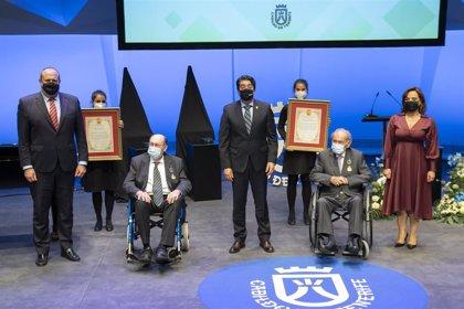 El Cabildo de Tenerife entrega la 'Medalla de Oro' de la isla a los arquitectos Vicente Saavedra y Javier Díaz-Llanos