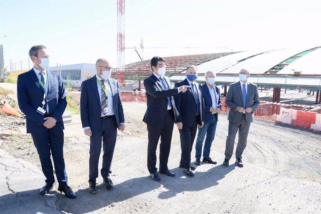 El ministro de Transportes, Movilidad y Agenda Urbana, José Luis Ábalos (3d), durante su visita a las obras de ampliación del aeropuerto Tenerife Sur, en Santa Cruz de Tenerife, Canarias, (España), a 21 de noviembre de 2020.